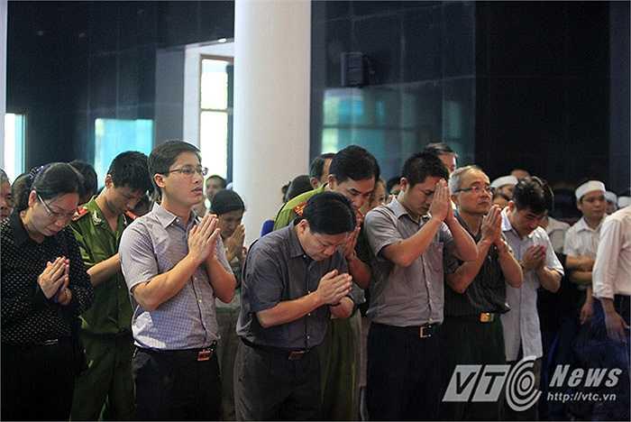 Rất đông các cơ quan, đoàn thể của quận Hoàng Mai, TP Hà Nội đến dự lễ viếng.