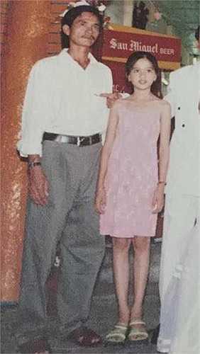 Nữ hoàng bikini từ nhỏ đã xinh đẹp nổi bật. Trong ảnh là Ngọc Trinh chụp ảnh bên bố.