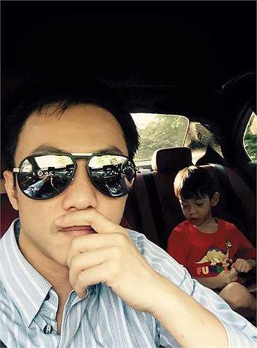 Giữa tâm bão scandal của Hà Hồ, Cường Đô la vẫn có những khoảnh khắc bên cậu con trai bé nhỏ.