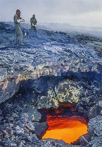 Nhiếp ảnh gia G. Brad Lewis 56 tuổi cùng các nhà khoa học đã đứng bên cạnh hố chứa dòng nham thạch đang sục sôi trên đảo Lớn ở Hawaii