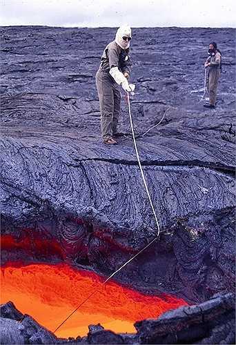 Các nhà khoa học sẽ lấy mẫu nham thạch để nghiên cứu. Nhiệt độ nham thạch lên đến 1200 độ C. Chỉ cần đứng gần, không có đồ bảo hộ mà bị dính nham thạch sẽ bị cháy đen
