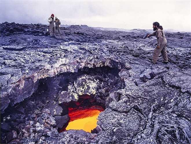 180 ngôi nhà ở thị trấn Kalapana (Hawaii) đã bị nhấn chìm bởi dung nham từ núi lửa Kilauea. Các nhà khoa học đến đây để nghiên cứu bên trong dung nham có gì