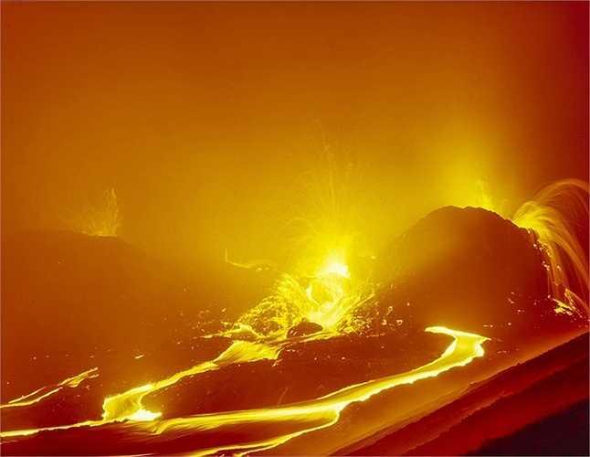 Dòng nham thạch đỏ rực tạo nên ánh sáng chói lóa giữa màn đêm bao phủ. Núi lửa Kilauea phun trào liên tục từ năm 1983 cho đến nay.