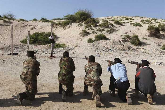 Somalia – 14 vụ/ năm. Đây là quốc gia châu Phi duy nhất vẫn áp dụng việc tử hình công khai. Nguyên nhân chính là để dằn mặt những kẻ tham gia vào vấn nạn cướp biển đang hoành hành tại Somalia.