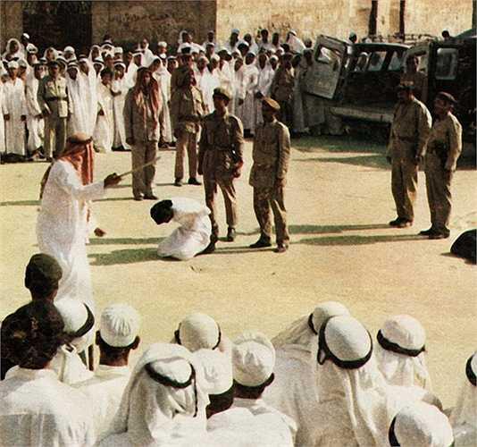 Ả Rập Xê-út – 90 vụ/ năm. Nếu vô tình phạm phải tội tử hình tại Ả Rập Xê-út, chắc chắn tên tội phạm sẽ phải rất lo sợ bởi phương pháp hành quyết tại đây được giữ từ thời trung cổ: chặt đầu bằng kiếm. Riêng trong tháng 3/2015, 44 vụ hành quyết đã được thực hiện.