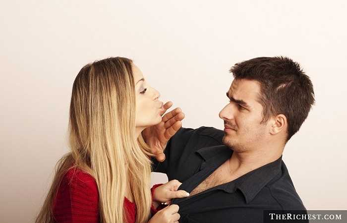 10. 10% dân số thế giới không hôn. Những tưởng nụ hôn là điều 'phải làm' để thể hiện tình cảm. Tuy nhiên, tại nhiều nơi, điều này không xảy ra. Ví dụ như người dân đảo Mangaia  không biết về nụ hôn, người Sudan sợ bị 'hút' mất hồn sau khi 'môi chạm môi' hoặc người Eskimo thì chạm mũi thay vì hôn nhau…