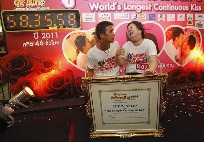 6. Nụ hôn dài nhất thế giới dài hơn 2 ngày. Chính xác là 58 giờ, 35 phút và 58 giây. Kỷ lục được xác lập vào năm 2013 bởi cặp đôi Ekkachai và Laksana Tiranarat đến từ Thái Lan. Điều kiện của việc lập kỷ lục là cả hai đều phải đứng, chạm môi liên tục và không được ngủ trong suốt thời gian thực hiện.