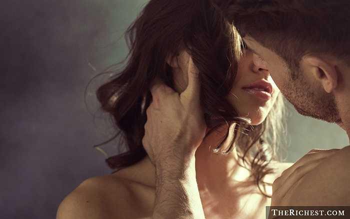 1. Hôn là một loại 'kem dưỡng da' đặc biệt. Khi bạn hôn, 30 cơ trên mặt sẽ hoạt động và điều này sẽ làm săn chắc hơn da mặt của các cặp đôi, đặc biệt là phụ nữ, mang lại cho họ làn da khỏe mạnh, mịn màng hơn.