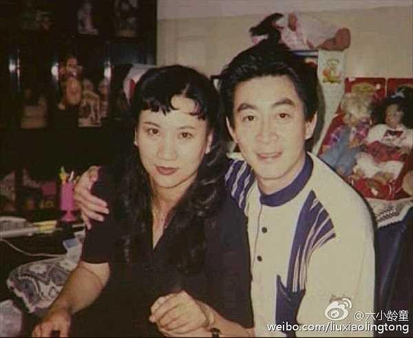 Trên Weibo, Lục Tiểu Linh Đồng viết: 'Năm 1988 đến nay, hai chúng ta là vợ chồng 27 năm rồi. Nắm tay nhau đồng hành như một khúc khải hoàn ca, mong những người có tình trên thế giới cũng có thể trở thành người thân, sống với nhau đến bạc đầu'