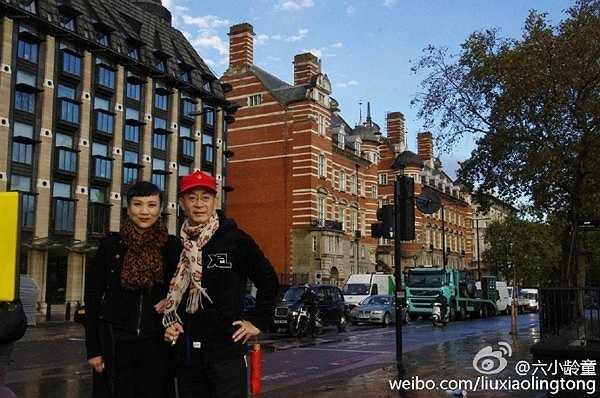 Tháng 12/1988, cặp đôi tổ chức đám cưới nhưng lại  xa nhau ngay trong đêm tân hôn. Vu Hòng ở Bắc Kinh nóng lòng chờ chú rể. Lục Tiểu Linh Đồng bận rộn ở Singapore nên không về kịp. Đến giờ, tài tử vẫn áy náy về câu chuyện năm xưa.
