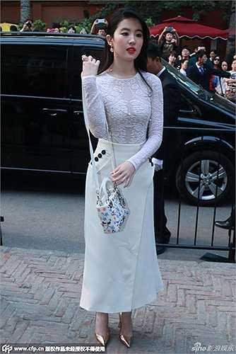 Mới đây, Lưu Diệc Phi trở thành tâm điểm khi xuất hiện, đẹp tinh khôi và cuốn hút với váy xuyên thấu của một thương hiệu quốc tế