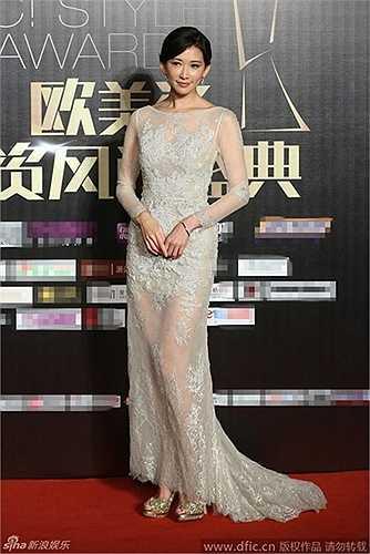 Chiếc váy xuyên thấu này của 'nữ hoàng quảng cáo' Lâm Chí Linh cũng được đánh giá là tôn lên vẻ đẹp tinh khiết của cô.