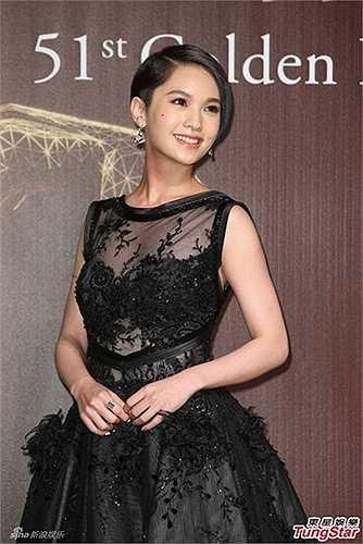 Nữ diễn viên kiêm ca sĩ Dương Thừa Lâm khoe khéo nội y nhưng không đến mức phản cảm.