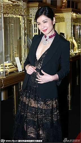 Minh tinh một thời Chung Sở Hồng vẫn rất sexy với váy xuyên thấu, xẻ cổ sâu.
