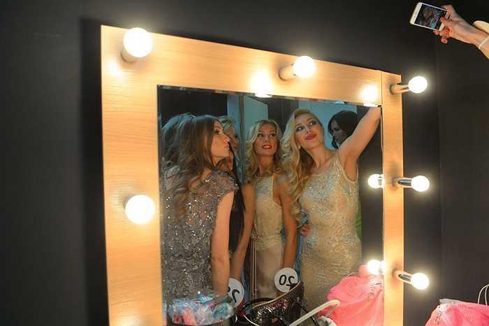 Các cô gái tham gia cuộc thi Hoa hậu Matxcơva 2015 chụp ảnh 'tự sướng'