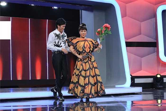 Ở tập phát sóng cuối cùng của Người bí ẩn, nghệ sỹ Việt Hương và Hoài Linh đã có màn chào đầu đầy vui nhộn để đón tiếp các vị khách mời.