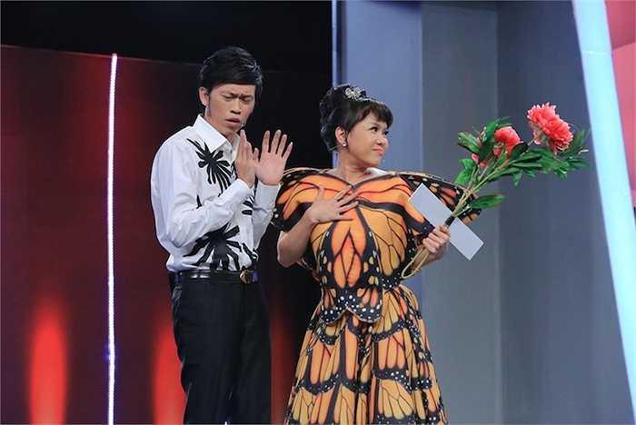 Việt Hương diện đầm cánh bướm lộng lẫy, hát 'Bốn chữ lắm'.