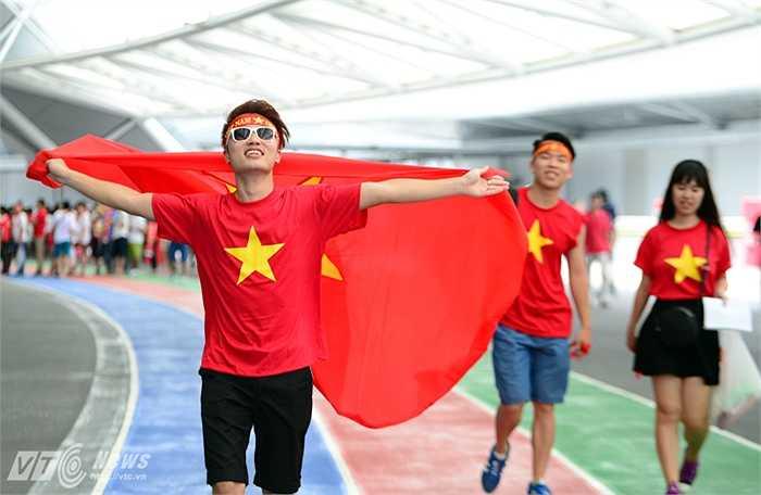 CĐV Việt Nam rạng rỡ bước vào sân đấu, cổ vũ cho thầy trò HLV Miura.