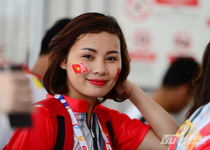 Một fan nữ xinh đẹp xếp hàng qua cửa sân.