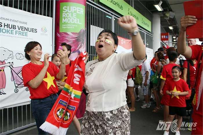 Một CĐV Myanmar nhảy theo nhịp trống của CĐV Việt Nam.