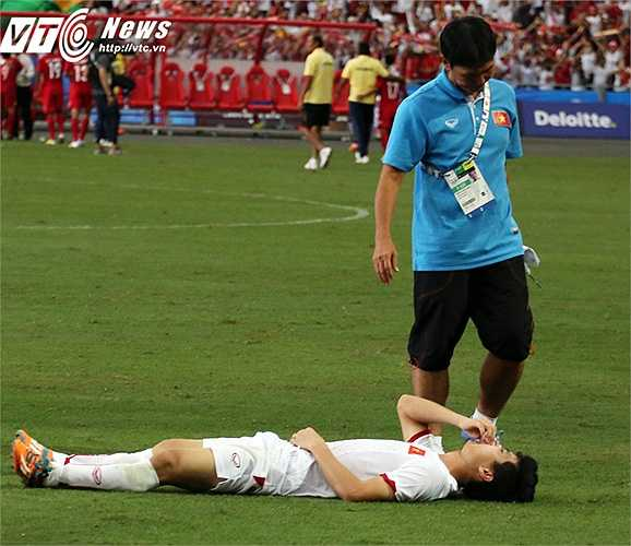 Công Phượng mệt mỏi, nằm xuống mặt sân sau trận đấu. (Ảnh: Phạm Thành)