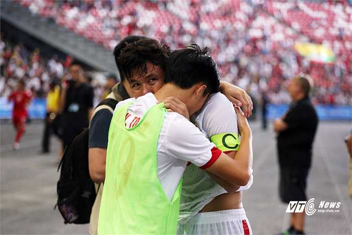Các cầu thủ chỉ biết gục vào vai nhau để khóc.(Ảnh: Phạm Thành)