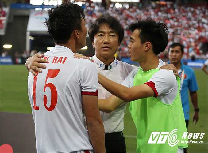HLV Miura vỗ về các học trò. Ông thất vọng nhưng không sốc. Giờ là lúc tập trung cho trận tranh hạng 3.(Ảnh: Phạm Thành)