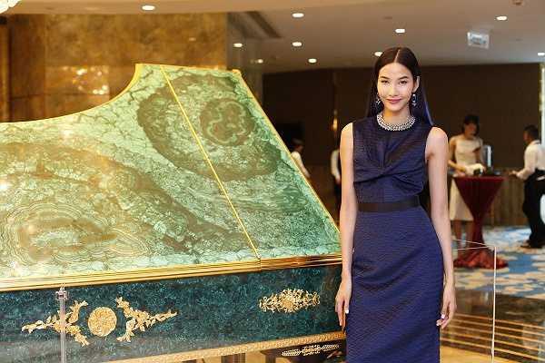 Tuy diện trang phục đơn giản nhưng nữ người mẫu thu hút mọi sự chú ý của truyền thông