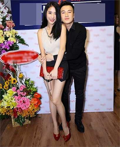 Dương Triệu Vũ tình cảm ôm eo và Mai Hồ - bạn gái cũ của Trấn Thành trong một sự kiện mới đây.