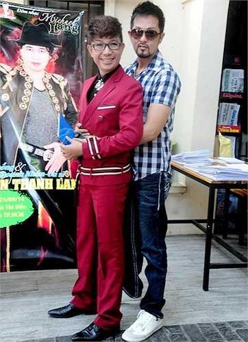 Cả hai không ngại ôm eo và chụp hình kỷ niệm. Báo giới gọi Minh Ly là 'bạn trai tin đồn' của Long Nhật, còn nam ca sỹ Quê hương phủ nhận và nói mình là 'trai thẳng'.