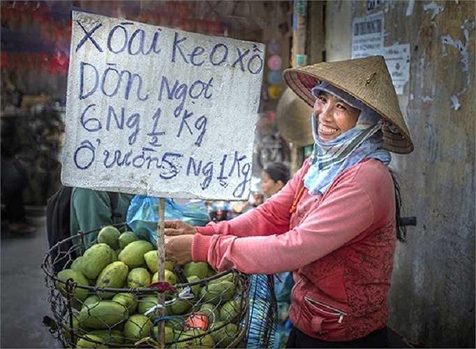 Nụ cười thân thiện của cô gái bán hoa quả