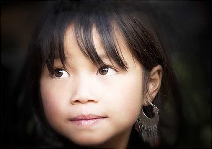 Ánh mắt hồn nhiên, thơ ngây của bé gái dưới ống kính du khách Mỹ