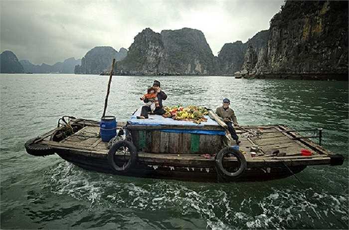 Một gia đình trên chiếc thuyền chài ở vịnh Hạ Long
