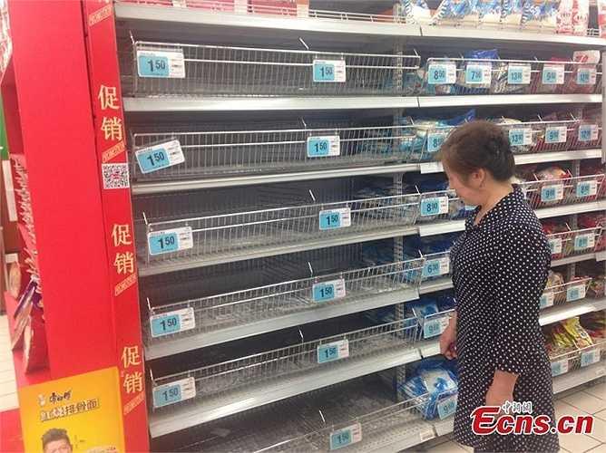 Kể từ đầu tuần, người dân thành phố Nghi Xương nháo nhào tới các siêu thị, cửa hàng bán lẻ để mua muối. Tình trạng các kệ hàng bày sản phẩm muối trở nên trống trơn xuất hiện rất nhiều trong siêu thị.