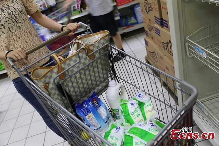 Nhân viên tại một siêu thị địa phương cho biết, mỗi sáng khi siêu thị mở cửa, đã thấy hàng dài những người chờ sẵn để mua muối. Đa phần trong số đó là người cao tuổi.