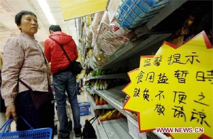 Do quá lo sợ tình trạng khan hiếm muối vì nhu cầu tăng đột biến, một người đàn ông ở Vũ Hán, Hồ Bắc thậm chí đã mua tới 6,5 tấn muối, với giá 27.000 tệ (gần 95 triệu đồng) và chất tới quá nửa diện tích ngôi nhà đang thuê.