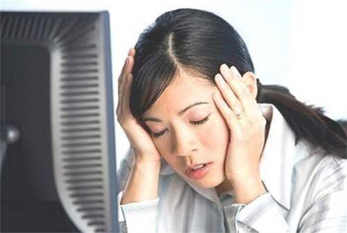 13. Thoạt nhìn thì công việc văn phòng có vẻ êm ái cho đôi tai. Thực ra tùy công việc ví dụ như nhân viên trực điện thoại, thường xuyên nghe điện thoại reo, cảm giác đôi tai của bạn lúc nào cũng bị 'tra tấn'.