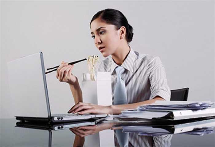 16. Có nhiều nhân viên quá bận rộn đến nỗi không có thời gian cho ăn uống, họ chỉ ăn qua loa, thức ăn lại không được chuẩn bị đầy đủ. Lâu dài sẽ ảnh hưởng đến vấn đề dinh dưỡng và sức khỏe của bạn.