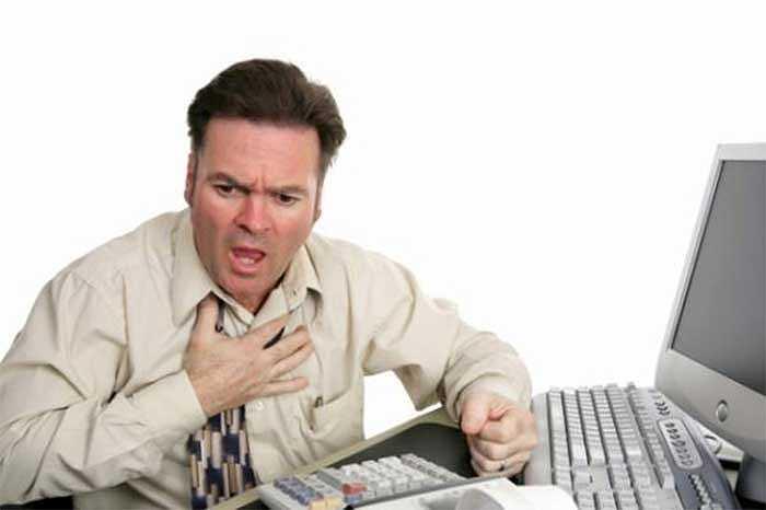 5. Những người ngồi hàng giờ trước máy tính có nguy cơ bị ảnh hưởng đến sức khỏe của tim. Theo các bác sĩ chuyên khoa tim của Trường Đại học London, 67% người làm việc 11 giờ/ngày sẽ có nguy cơ mắc bệnh tim.