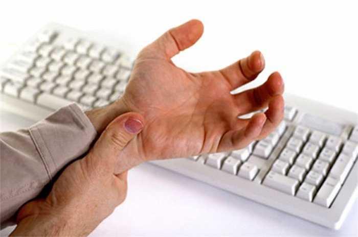 6. Gõ quá nhiều trên bàn phím máy tính đã gây ra một căn bệnh gọi là hội chứng ống cổ tay. Nguyên nhân là do căng thẳng ở cổ tay và đau đớn do dùng cổ tay quá nhiều.