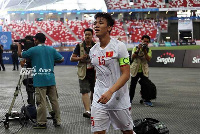 Đội trưởng U23 Việt Nam vừa đi vừa khóc.(Ảnh: Phạm Thành)