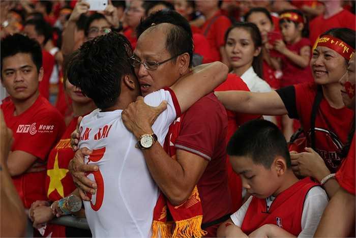 Người hâm mộ ôm lấy Quế Ngọc Hải, động viên anh.(Ảnh: Phạm Thành)