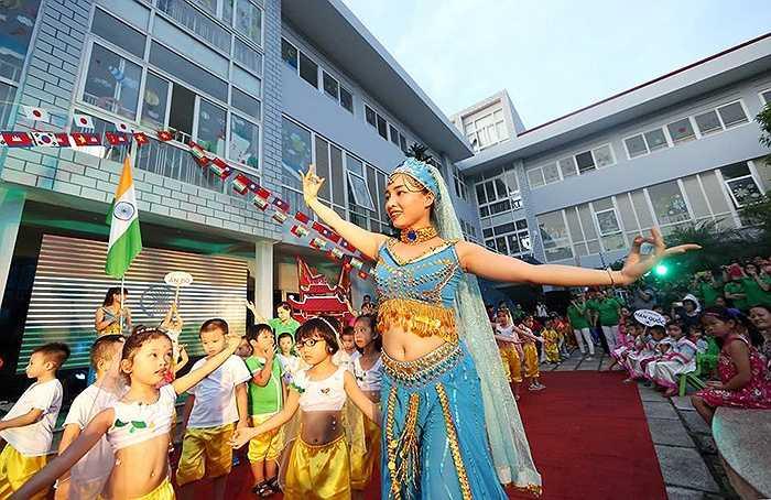 Cô giáo dạy múa tại buổi gala bế mạc trại hè 'Châu Á trong mắt em' của trường Mầm non Thần Đồng Bright School Hà Nội ngày 12/06