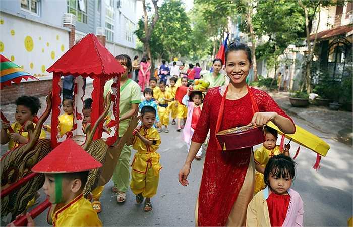Cô Chương Hồng Lê, hiệu trưởng Trường Mầm non Thần Đồng (Văn Quán) chia sẻ, đây chính là dịp để các bé tìm hiểu về văn hóa của các nước trên thế giới.