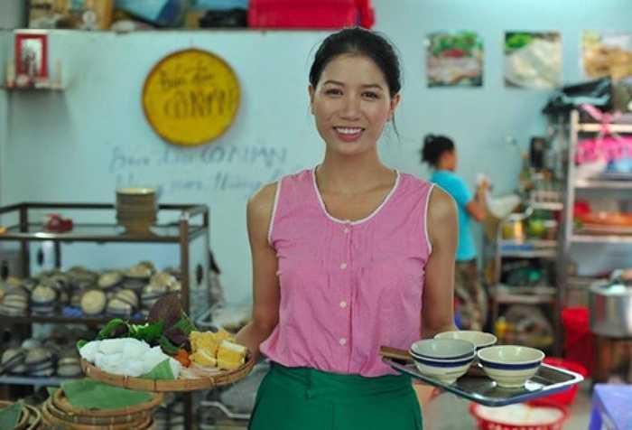 Là một trong số những sao Việt kinh doanh khá 'mát tay', người mẫu, diễn viên Trang Trần mở quán bún đậu cô Khàn ở quận 1, TP HCM. Cửa hàng tuy bình dân nhưng lại thu hút nhiều khách hàng, trong đó, có không ít khách là nghệ sĩ nổi tiếng.