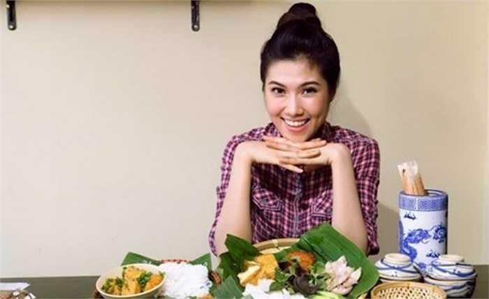 Cũng chọn món ăn bình dân để buôn bán, người mẫu Thu Hằng mở quán bún đậu mắm tôm Rau Kinh Giới tại TP HCM. Cô thường xuyên đến quản lý quán, phục vụ món ăn cho khách hàng.