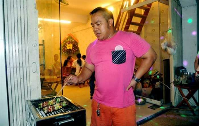 Quán trà chanh vỉa hè mang tên 'Panda' của diễn viên Hiếu Hiền tại TP HCM cũng gây ấn tượng mạnh nhờ đồ uống ngon. Không chỉ thành công ở sự nghiệp diễn xuất, Hiếu Hiền còn rất có tài với nghề kinh doanh tay trái