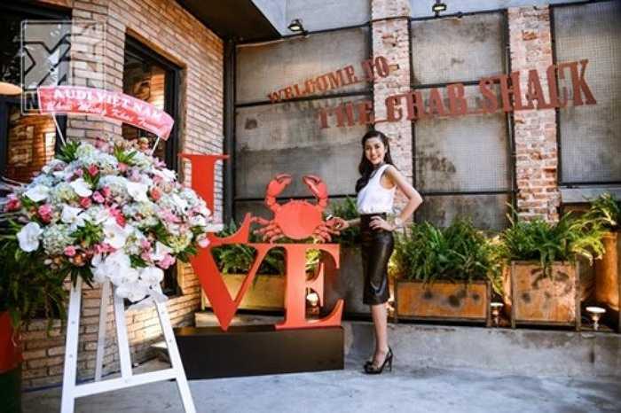 Sao Việt kinh doanh, người chọn cách mở quán bình dân, người chọn mở nhà hàng cao cấp. Đang là một diễn viên  Hà Tăng gây bất ngờ cho nhiều người khi quyết định bước chân vào lĩnh vực kinh doanh nhà hàng. Nhà hàng hải sản của cô khá được lòng khách hàng, nhất là các món cua đặc biệt.