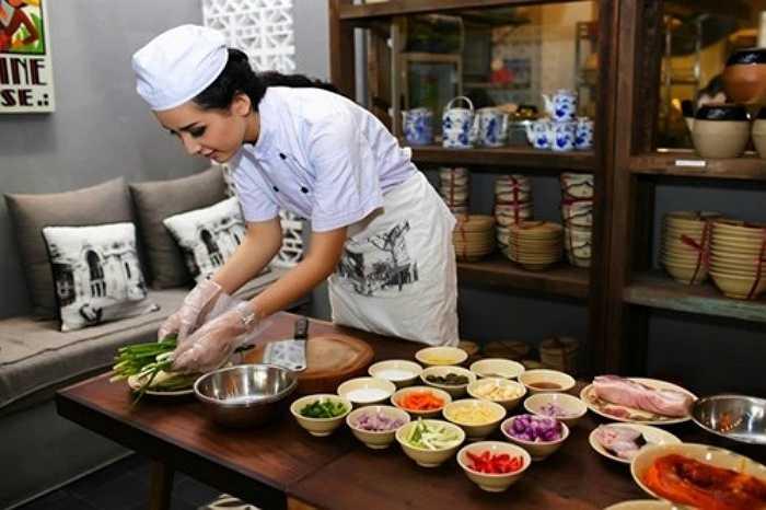 Hoa hậu Mai Phương Thúy cũng chuyển sang nghề tay ngang. Cô mở nhiều nhà hàng ẩm thực ở TP HCM với những món ăn mang đậm hương vị Việt. Nhà hàng không chỉ thu hút bởi ẩm thực ngon mà còn ở cách bài trí đẹp mắt, sang trọng.
