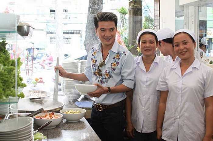 Nhà hàng Tùng Hưng của nam ca sĩ Đàm Vĩnh Hưng (TP HCM) rất được lòng thực khách nhờ những món ăn như hủ tíu, hoành thánh...